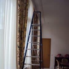 escabeau pour poser un rideau en hauteur