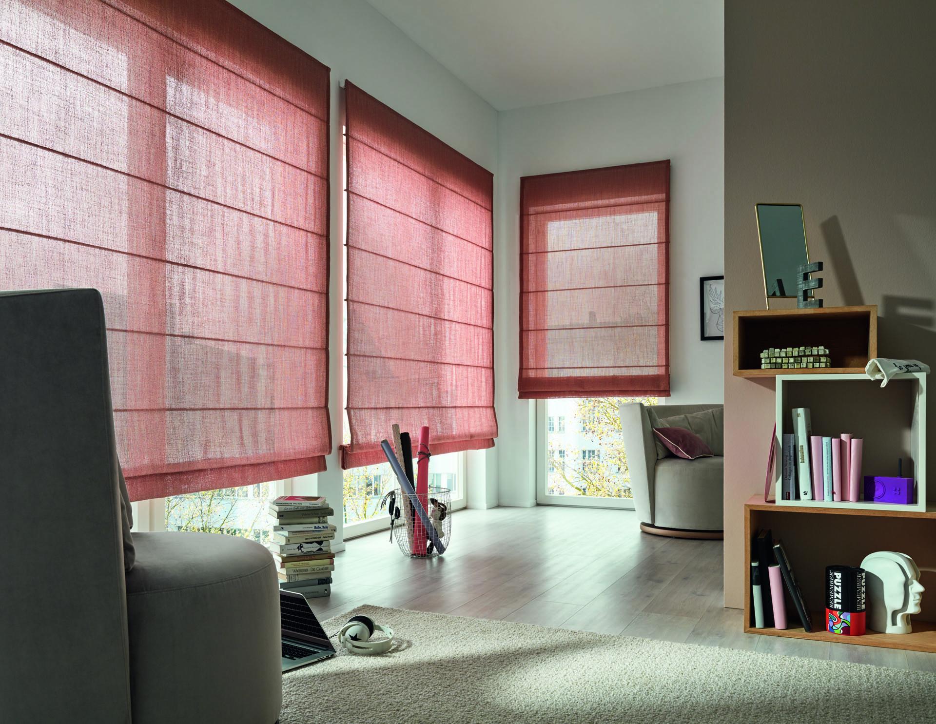 store sur mesure rouge en tissu dans un salon