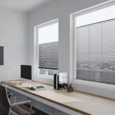 store plissé dans un bureau